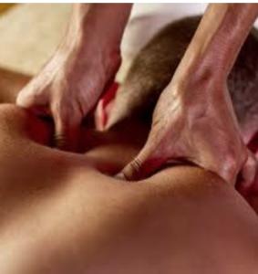Masaje realizado por un fisioterapeuta